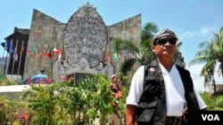 Pecalang sedang berjaga di Monumen Kemanusian Bom Bali Kuta Bali. (VOA/Muliarta)
