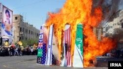 آتش زدن پرچم های آمریکا، اسرائیل و عربستان در راهپیمایی روز قدس در ایران - ۲۶ تیر ۱۳۹۴