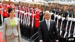 ປະທານາທິບໍດີ ມຽນມາ ທ່ານ Thein Sein ແລະ ນາຍົກລັດຖະມົນຕີໄທ ທ່ານນາງ ຍິ່ງລັກ ຊິນນະວັດ ຍ່າງກວດກາ ກອງກຽດຕິຍົດ