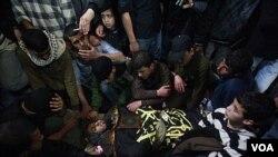 Para pelayat mengelilingi jenasah militan jihad yang akan dimakamkan di Gaza (10/3).