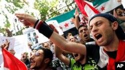 اشتراک کنندگان تظاهرات در سوریه علیه حکومت شعار میدهند.