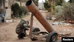 2月27日敘利亞忠於阿薩德總統的士兵檢查武器。