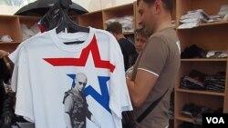 普京的硬汉形象在俄罗斯被印在T恤上。