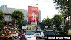Baliho Puan Maharani di sekitar Kanal Banjir TImur, Jakarta Timur. (Foto: VOA/Indra Yoga)