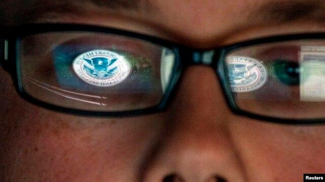 Un analista de seguridad trabaja en un laboratorio en Estados Unidos. El gobierno estadounidense anunciará sanciones para los países relacionados con los ciberataques.