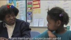 Relawan Lansia Bantu Murid-murid Belajar Membaca - Liputan Feature VOA