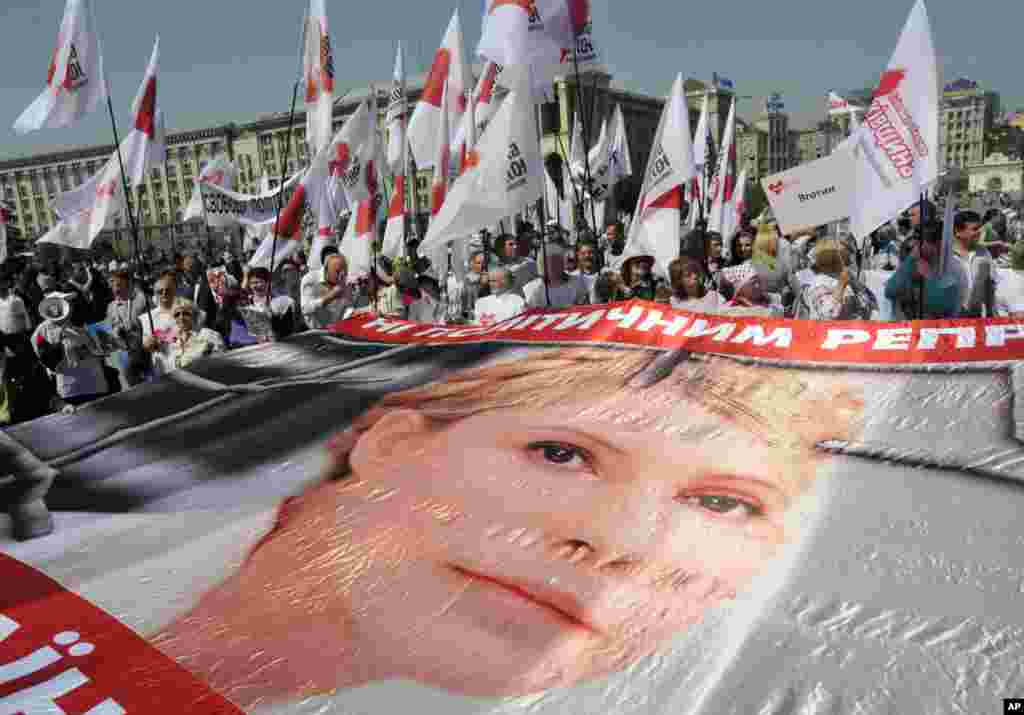 Supporters of former Ukrainian Prime Minister Yulia Tymoshenko take part in a rally in Kyiv, Ukraine, April 27, 2012.