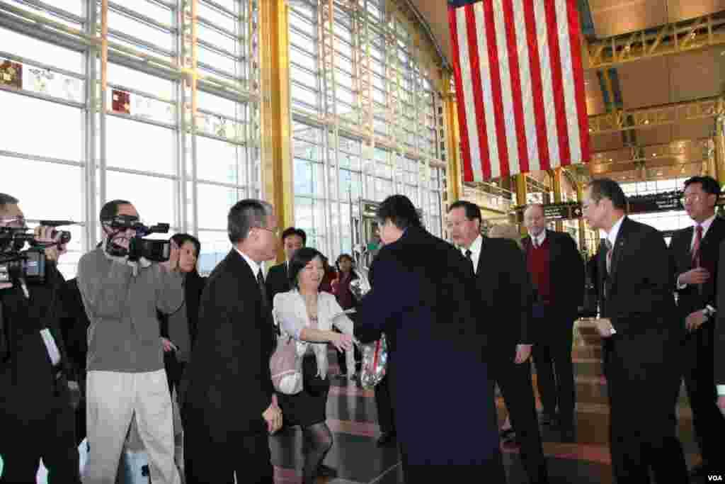台湾驻美代表处同仁向金溥聪献花,左三穿红色背心者为美国国务院台湾协调处处长毕一德 (美国之音钟辰芳拍摄)