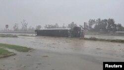 ABD'de 2020 yılı Ekim ayında etkili olan Delta Kasırgası sırasında devrilen bir kamyon