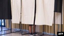 Một cử tri bỏ phiếu trong cuộc trưng cầu dân ý ở Luxembourg 7/6/15