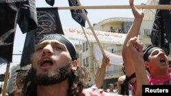 Warga Muslim Suni Lebanon meneriakkan slogan anti pembantaian di Houla oleh presiden Bashar al-Assad di Beirut (1/6).