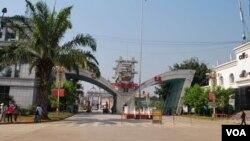 云南省南伞镇与缅甸果敢老区紧邻,大批果敢难民就从这里的边境口岸涌入中国。(美国之音朱诺拍摄,2015年3月9日)