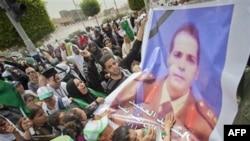 Ožalošćeni u Libiji nose sliku sina Moamera Gadafija, koji je zajedno sa troje dece ubijen u napadu NATOa