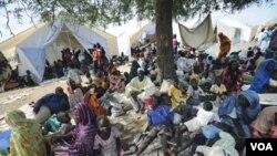 Penduduk berkumpul di depan kantor PBB di Sudan saat terjadinya bentrokan di Kadungli, ibukota Kordofan Selatan (6/9).