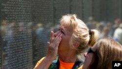 2018年5月27日阵亡将士纪念日,华盛顿,美国人June Allums Flowers凝视着越战退伍军人纪念墙上她的兄弟Allen W. Allums的名字。