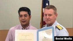 Ông Andy Bùi và Chuẩn Đô đốc Paul Thomas. Photo Facebook U.S. Coast Guard Marine Safety Unit Morgan City