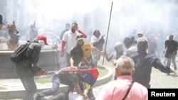 委内瑞拉总统马杜罗的武装支持者冲击委内瑞拉反对派控制的全国代表大会。(2017年7月5日)