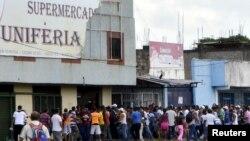 Colas y caos en un supermercado de San Félix, en el estado Bolívar, donde la escasez de alimentos se ha agudizado.