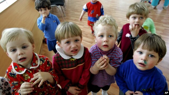 Anak-anak yatim piatu di St. Petersburg, Rusia (foto: dok). Keluarga Amerika banyak mengadopsi anak-anak dari Rusia, namun UU baru Rusia akan melarang adopsi ini.