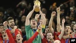 우승컵을 들고 환호하는 스페인 선수들