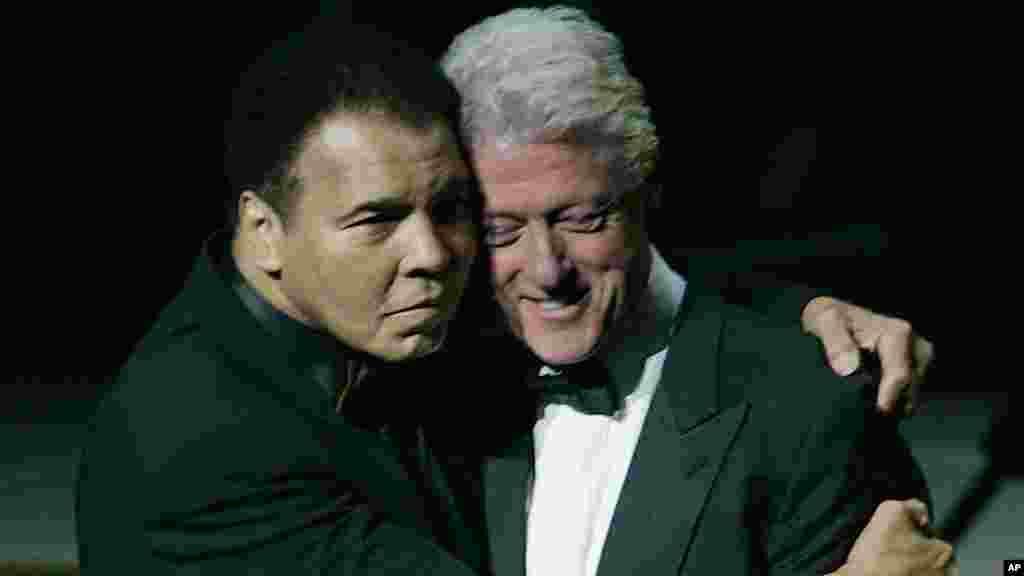 L'ancien boxeur Mohamed Ali, et l'ancien président américain Bill Clinton lors d'une grande célébration à l'ouverture de Muhammad Ali Center, le 19 novembre 2005.