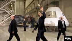Presiden Obama berada di Kennedy Space Center, 15 April 2010.