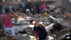 在古巴的巴拉科亚,一位妇女在她被飓风马修摧毁的房子的废墟上哭泣(2016年10月5日)