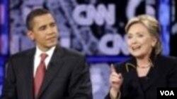 Presiden Barack Obama dan Menlu Hillary Clinton pada saat berdebat dalam Debat Capres Demokrat tahun 2008 (foto dokumentasi).