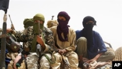 Anggota kelompok 'Ansar Dine' berusaha mengambil hati warga Mali utara dengan cara ganjil, yaitu menegakkan hukuman tetapi juga bermurah hati memberikan hadiah (foto: dok.).
