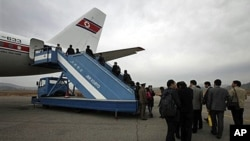 북한 평양에서 베이징 행 항공기에 탑숭 중인 승객들 (자료사진)