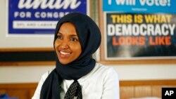 6일 미국 미네소타주 연방 하원의원 선거에서 승리한 일한 오마르 후보가 AP와 인터뷰를 하고 있다. 일한 후보는 라시아 틀레입(미시간) 후보와 함께 최초의 이슬람계 출신 여성 연방 하원의원이 됐다.