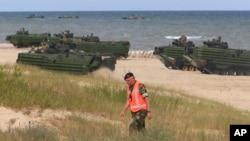 Высадка бронетранспортеров-амфибий в ходе учений сил быстрого реагирования НАТО. Устка, Польша. 17 июня 2015 г.