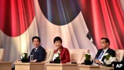 Tổng thống Hàn Quốc Park Geun-hye, Thủ tướng Nhật Bản Shinzo Abe và Thủ tướng Trung Quốc Lý Khắc Cường (phải) dự hội nghị kinh doanh tại Seoul, ngày 1/11/2015.