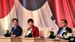 Tổng thống Hàn Quốc Park Geun-hye (giữa), Thủ tướng Nhật Bản Shinzo Abe (trái) và Thủ tướng Trung Quốc Lý Khắc Cường tham dự một hội nghị kinh doanh tại Seoul, ngày 1/11/2015.