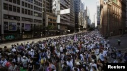 Puluhan ribu warga Hong Kong yang terdiri dari para orang tua murid, guru dan anak-anak sekolah berunjuk rasa menolak rencana kurikulum baru yang mengajarkan patriotisme Tiongkok di sekolah-sekolah Hong Kong (29/7).