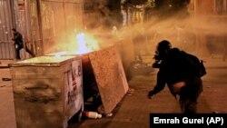 Policija je upotrebila vodene topove protiv demonstranata u Istanbulu