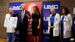 Trump e primeira-dama visitam hospital em Las Vegas