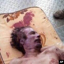 Gawar tsohon shugaban kasar Libiya Moammar Gadhafi a shimfide a kan wata katifa a cikin dakin sanyin wani tsohon gidan sayar da nama a Misrata
