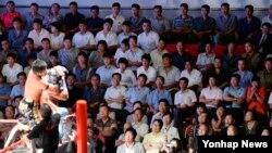 지난 30일 평양 류경정주영체육관을 가득 메운 북한 관중이 국제프로레슬링대회 경기를 관람하고 있다.