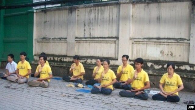 Học viên Pháp Luân Công tọa thiền trước lãnh sự quán TQ ngày 16/10/2011