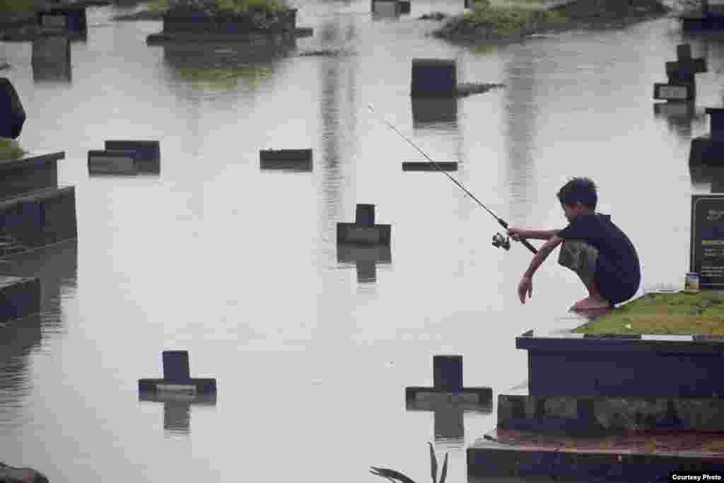 Honorable Mention    Atet Dwi Pramadia, Indonesia    'Fishing in the Cemetery'