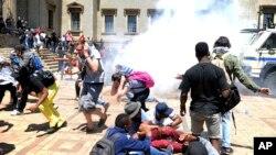 Mahasiswa Universitas Witwatersrand di Johannesburg, Afsel bentrok dengan polisi dalam aksi demonstrasi menuntut kuliah gratis (10/10).