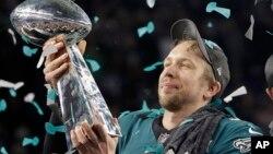 Nick Foles, quarterback de los Eagles de Filadelfia alza el Trofeo Vince Lombardi, al ganar el Super Bowl 52 derrotando a los Patriotas de Nueva Inglaterra.