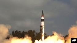 Ảnh do Bộ Quốc phòng Ấn Độ phát hành cho thấy phi đạn Agni-V của Ấn Độ được phóng đi từ đảo Wheeler của bang Odisha ở Đông bộ Ấn Độ, thẳng vào mục tiêu của nó trong vùng biển phía Nam Ấn Độ Dương, ngày 19/4/2012 ộ, ngày 19 tháng tư năm 2012.