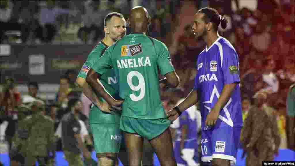 فٹ بال اسٹارز رونالڈینو ، کھیل کے درمیان صلاح مشورہ