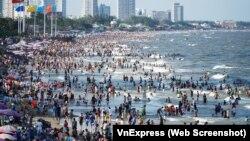 Bãi biển Vũng Tàu đông nghẹt người vào ngày 30/4/2021 giữa lúc Việt Nam cảnh báo về nguy cơ bùng phát làn sóng dịch thứ 4.