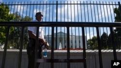 Un agente del Servicio Secreto custodia la cerca exterior de la Casa Blanca en Washington.
