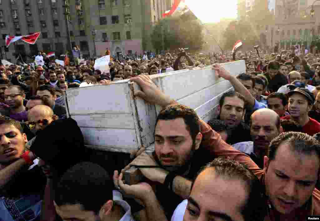 Người Ai Cập dự đám tang một nhà hoạt động trẻ Gaber Salah, còn gọi là Gika, tại nhà thờ Hồi giáo Omar Makram ở Cairo, ngày 26 tháng 11, 2012.
