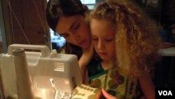 Shannon Kline juga menjahit sendiri baju bagi kedua puterinya yang masih kecil (foto: dok).