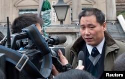 中国律师浦志强在重庆法院外面和记者谈话(2014年5月6日)